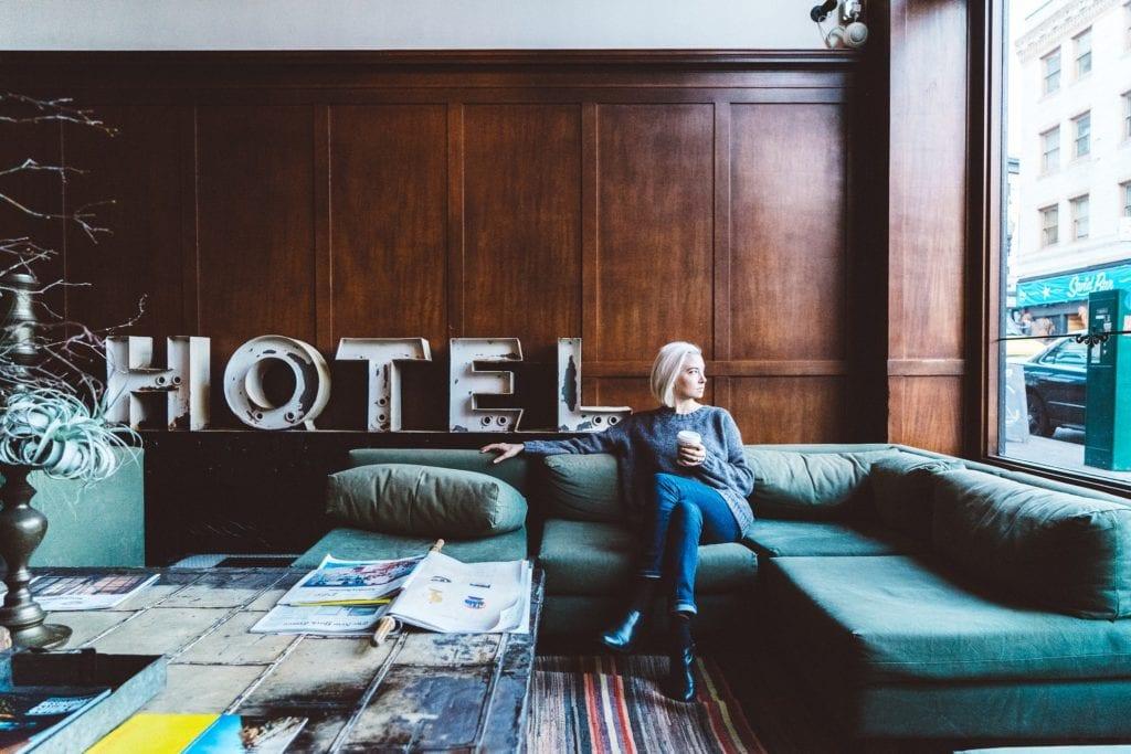 Woman at a hotel | © Stocksnaps /Pixabay