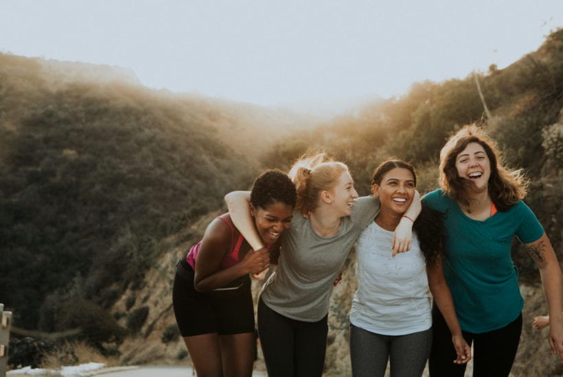 Friends hiking through the hills of Los Angeles   © RawPixel/Shutterstock