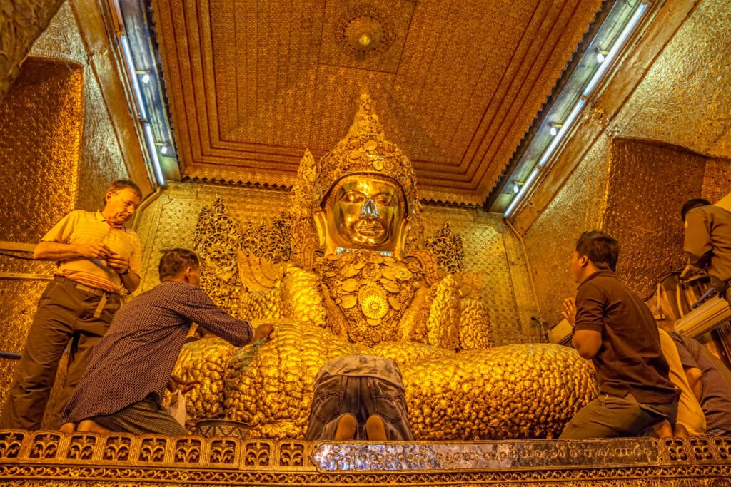 Men pay respects to Buddha at the Mahamuni Paya temple | © OPIS Zagreb/Shutterstock