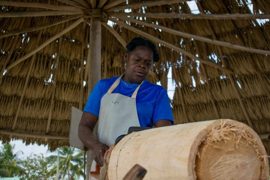 Daytha Rodriguez crafting a drum | © Jessica Vincent