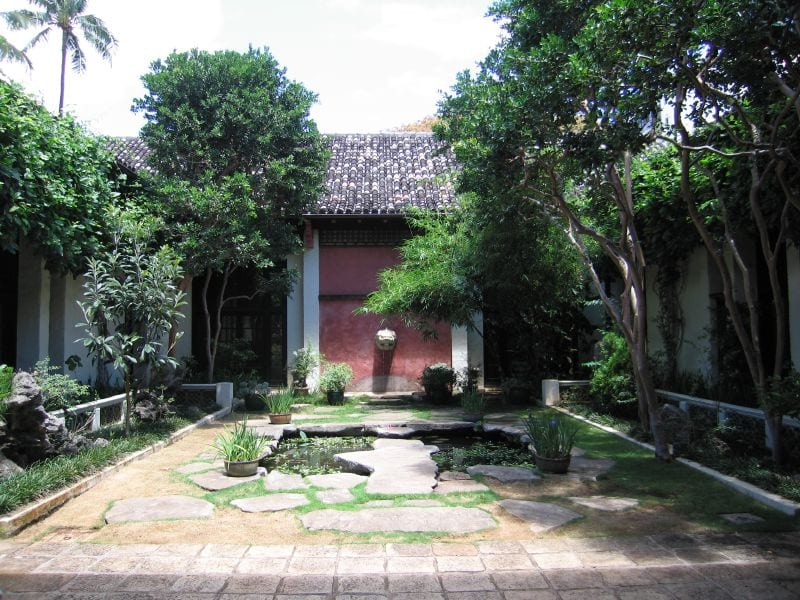 A courtyard within the Honolulu Academy of Arts | © www.bluewaikiki.com/Flickr