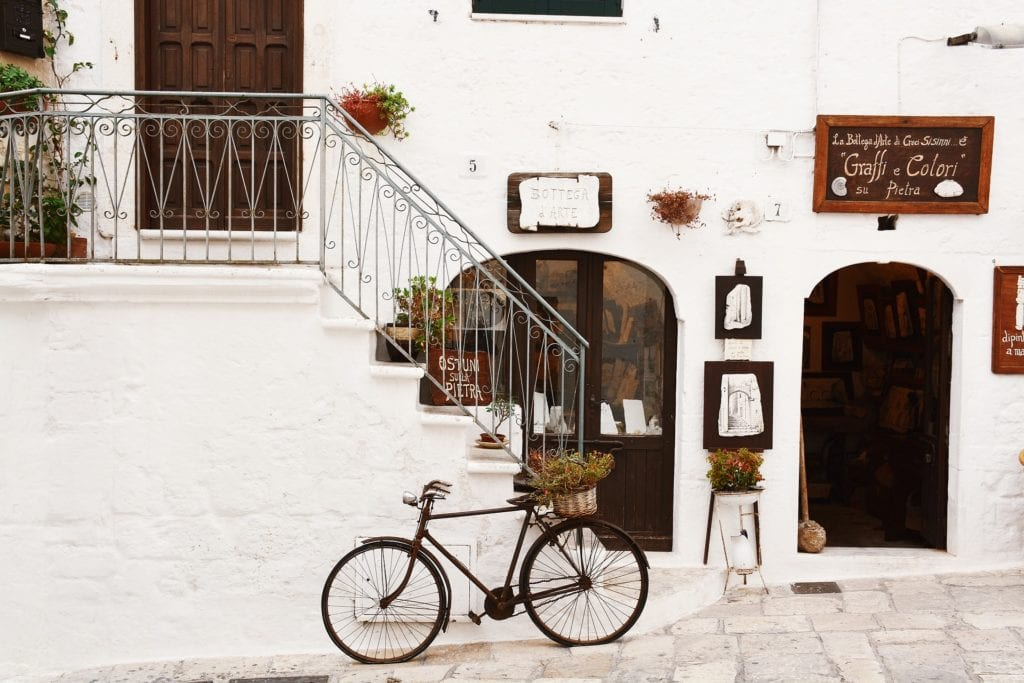 A bike rests against a wall in Italy | © Snapstock/Pixabay