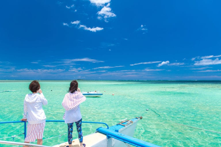 View of the clear turquoise waters of Kaneohe Bay as seen from the iconic sandbar in O'ahu, Hawaii | © Shutterstock