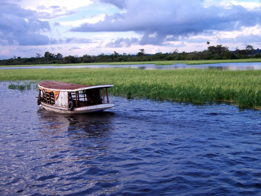 A river boat travels down the Amazon River | © Alexa Schmitz/Pixabay
