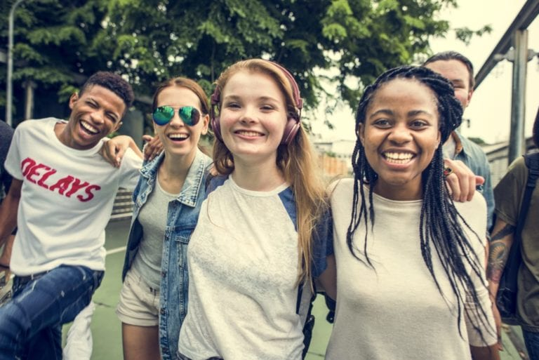 A group of teenagers pose for a photo | © Rawpixel.com/Shutterstock