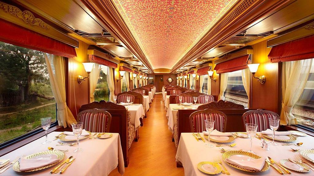 India's Maharaja Express dining car | © Aswin Krishna Poyil/Wikimedia