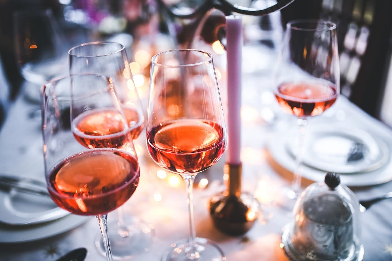 A table covered in glasses of wine   © Pixabay