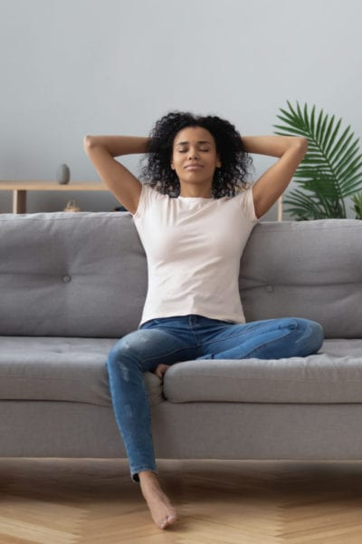 A solo female traveler tries couch surfing for the first time | © fizkes/Shutterstock