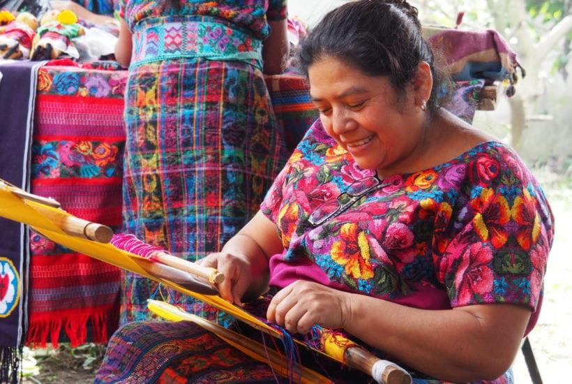 Dona Gladys demonstrates weaving at Manos de Fe | © Nikki Vargas/Unearth Women