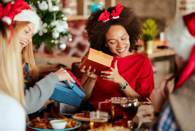 Friends exchanging holiday presents | © Milan Ilic Photographer/Shutterstock